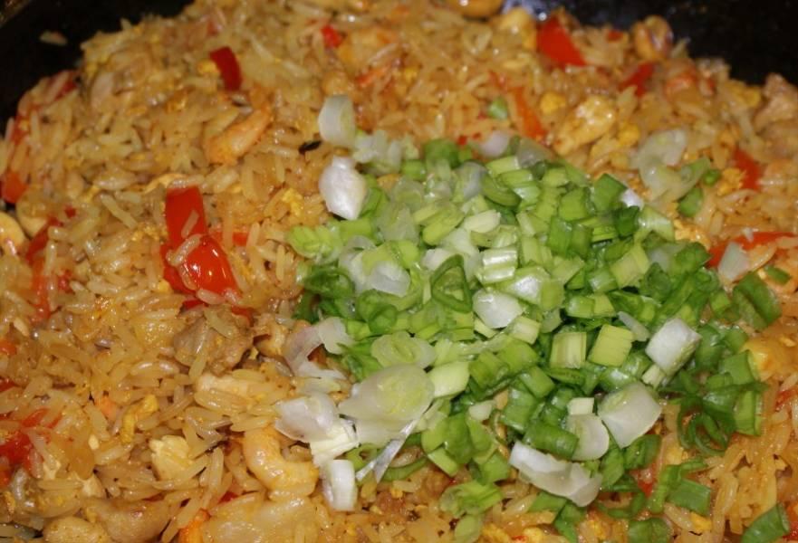 Жарим все минут 5 еще.  Вот рис по-тайски с курицей и готов. Перед подачей можно зеленью посыпать (луком, например). Приятного аппетита!