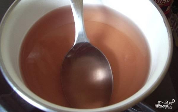 1. Для начала нужно сварить сироп. Для этого соедините воду с сахаром и проварите на медленном огне до полного растворения сахара. Если у вас есть под рукой клубничный ликер, то обязательно добавьте пару ложечек.