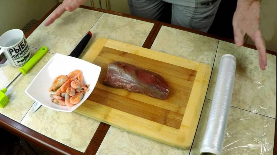 Главные ингредиенты: говяжья вырезка и креветки. Креветки нужно очистить.