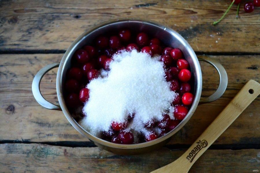 Вишню засыпьте сахаром и влейте воду. Поставьте на огонь и доведите до кипения. Сразу же начнет активно выступать сок, смотрите, чтобы он не сбежал.