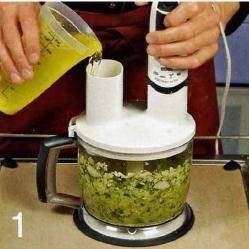 Один огурец отложить, оставшиеся измельчить в блендере вместе с очищенным чесноком. Продолжая взбивать, влить овощной бульон. Протереть суп через сито, приправить солью и перцем, накрыть и поставить 8 холодильник на ночь.