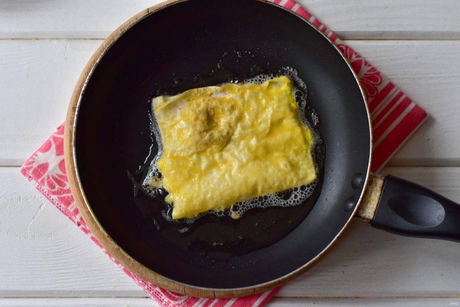 Выложите на разогретую сковороду лаваш с начинкой.