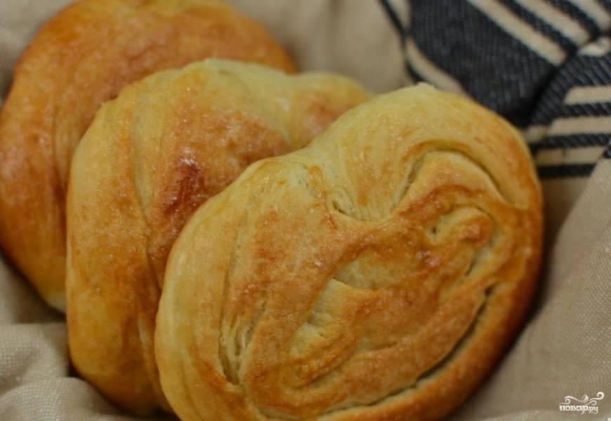 Затем каждую булочку смазываем взбитым яйцом и посыпаем сахаром. Отправляем булочки выпекаться в духовку (180 градусов) примерно на 25-30 минут. Московские булочки должны покрыться красивой золотистой корочкой.