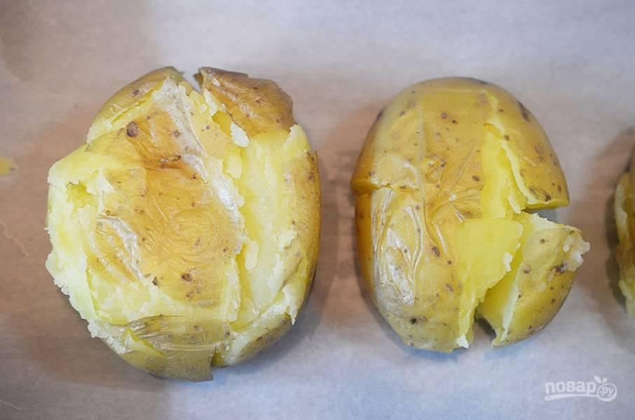 2. Немного охладите, выложите на противень. Придавите блюдцем, чтобы картофель немного приплюснулся.