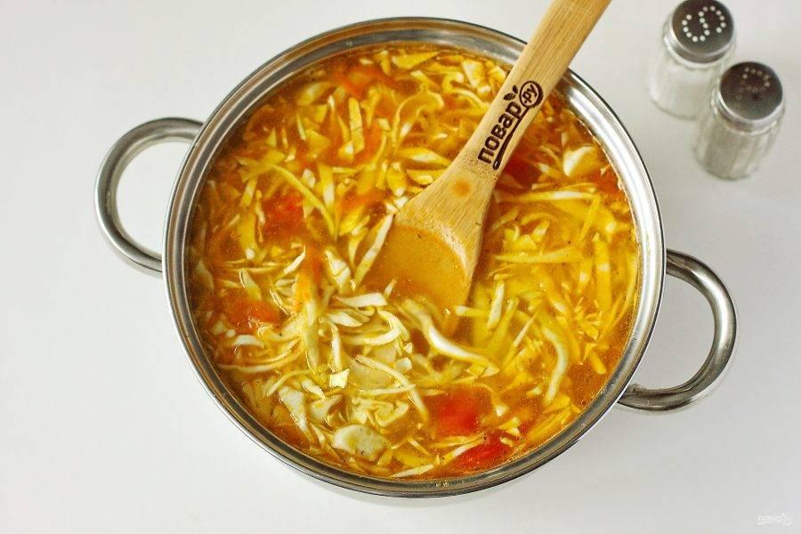 Добавьте овощную зажарку, капусту, картофель и соль по вкусу. Варите после закипания на небольшом огне около 30 минут или до готовности всех ингредиентов.