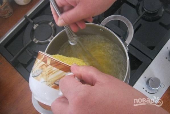 3. Посолите по вкусу и тонкой струйкой всыпайте крупу, помешивая.
