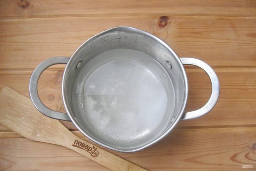 Добавьте соль, сахар и подсолнечное масло.