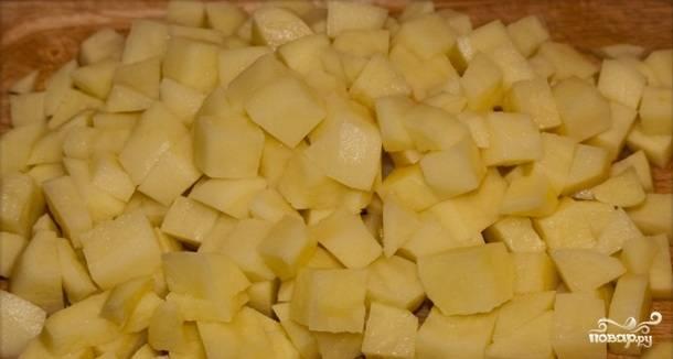 Теперь чистим картошку и нарезаем на кубики.