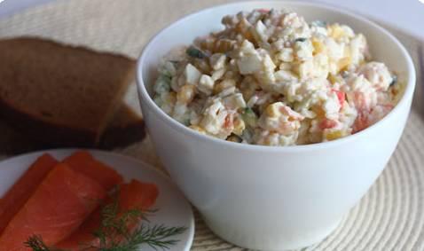 Соединяем все ингредиенты в салатнице, добавляем вареный рис и майонез. Перемешиваем, посолив салат по вкусу. Приятного аппетита!