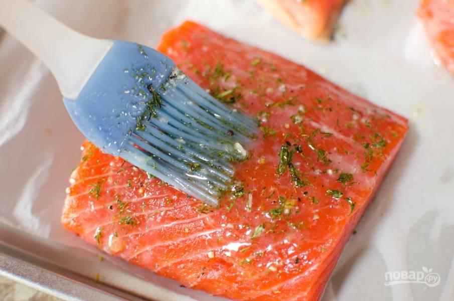 2. Смешайте мелко нарубленный укроп и чеснок, а также сок половинки лимона. Смажьте полученной смесью лосося со всех сторон.