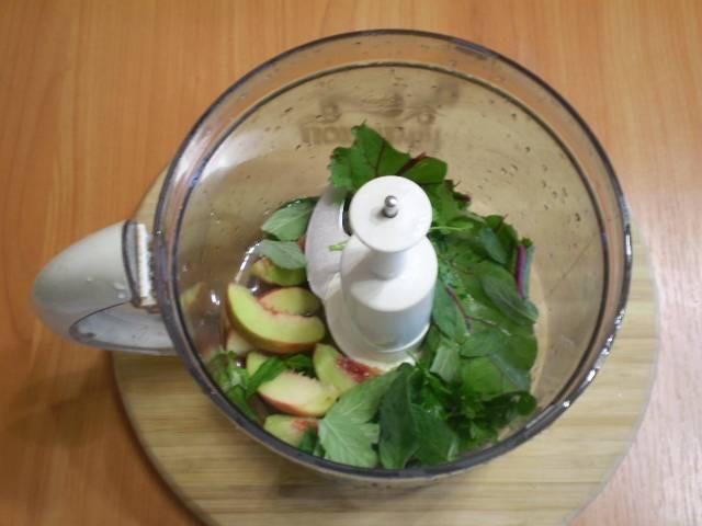 Сложите зелень и персик в комбайн. Налейте воды.