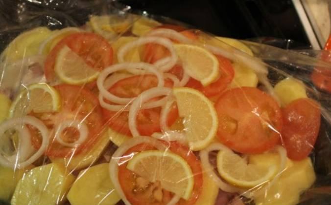 Для кислинки добавляем ломтики лимона.