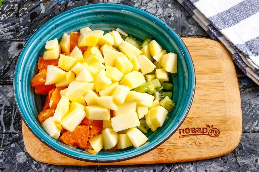 Добавьте яблочную нарезку в емкость к остальным.