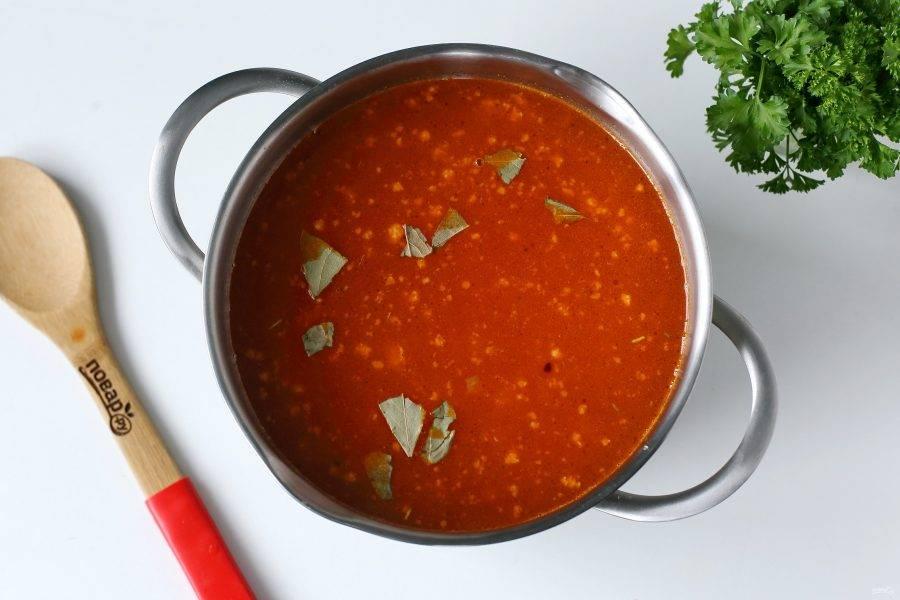 Соедините все подготовленные ингредиенты в кастрюле, добавьте воду, лавровый лист и отрегулируйте на соль. Варите до готовности картофеля.
