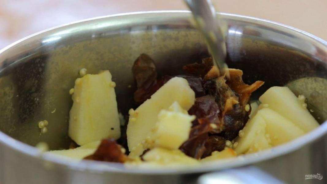 3. Далее в сотейник добавьте яблоко без кожуры кусочками и нарезанные финики. Накройте блюдо крышкой и варите 14 минут на среднем огне.
