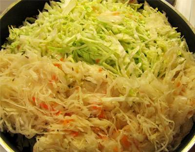 Через пару минут выкладываем нашинкованную капусту и квашенную капусту.
