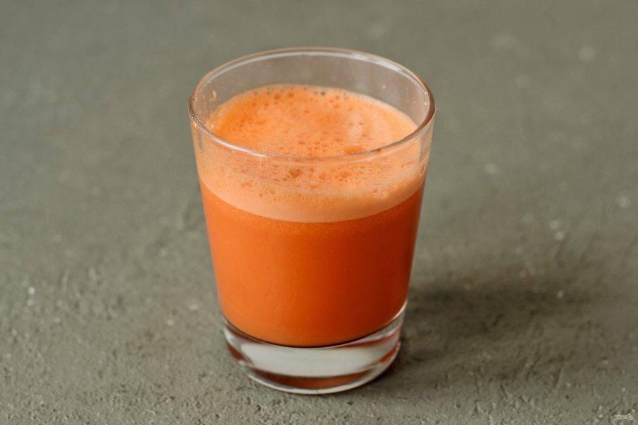 Пропустите имбирь и морковь через соковыжималку.