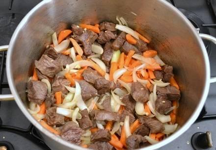 6. К обжаренному мясу добавить овощи и жарить еще около 5-7 минут, периодически помешивая.