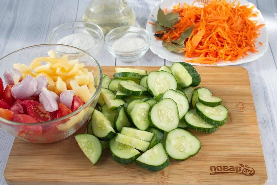Огурцы нарежьте толстыми кружками, лук - ломтиками, перец - крупной соломкой, помидор - дольками. Морковь натрите на терке.