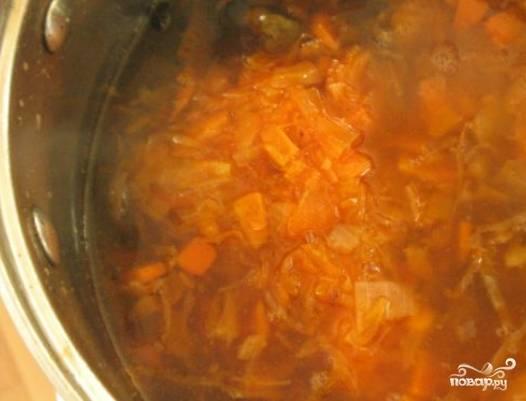 Сваренные грибы извлеките шумовкой из бульона, остудите, затем измельчите. Верните грибы в бульон, добавьте тушеные овощи. Соль и перец по вкусу.