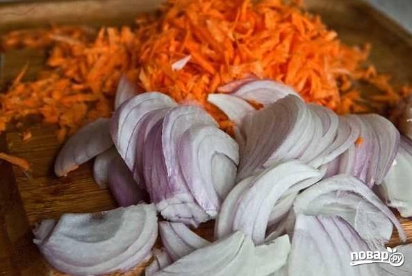 1. Первым делом очистите морковь, натрите на средней терке. Лук очистите и нарежьте тонкими полукольцами.