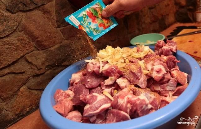2. Очистите и измельчите лук, добавьте к мясу. Приправьте по вкусу солью, перцем, специями для шашлыка, хмели-сунели. От того, какие именно специи вы используете в рецепт приготовления грузинского шашлыка из свинины зависит вкус маринада.