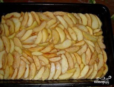 Затем выкладываем ломтики яблок.