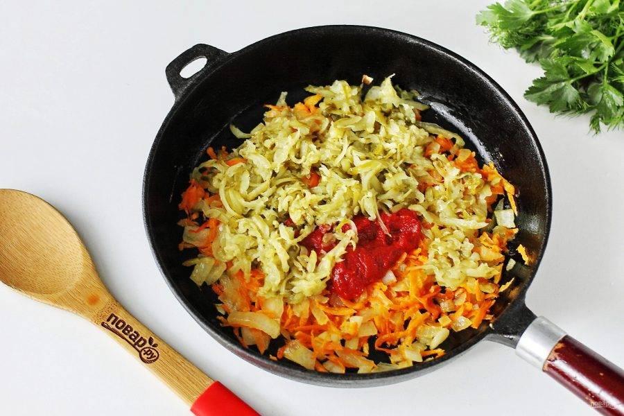 Обжарьте овощи до мягкости, добавьте томатную пасту и тертые крупно огурцы.