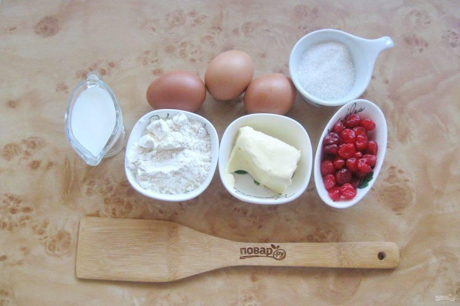 Подготовьте ингредиенты для приготовления кексов с вяленой вишней.