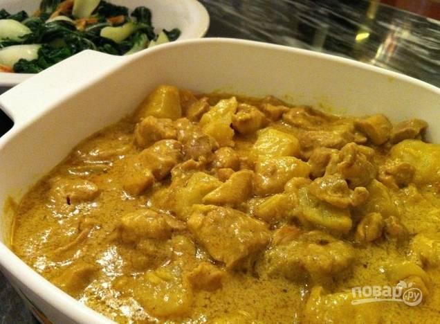 Затем к курице отправляем картофель и соус карри. Накрываем все крышкой и тушим. По мере необходимости добавьте воду, посолите и поперчите блюдо. Тушите до мягкости картофеля.