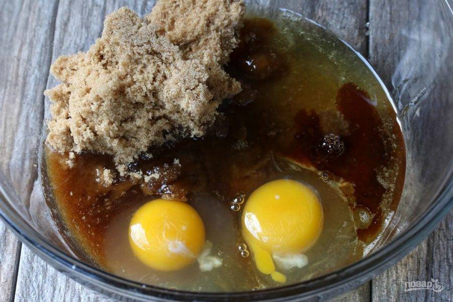 2.В другой миске смешайте 1 стакан сахара, яйца, мед, растительное масло и ванильный экстракт.