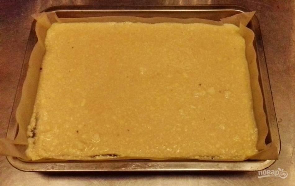 Вылейте творожную начинку по шоколадному бисквиту. Поставьте в духовку, разогретую до 180 градусов, минут на 40.