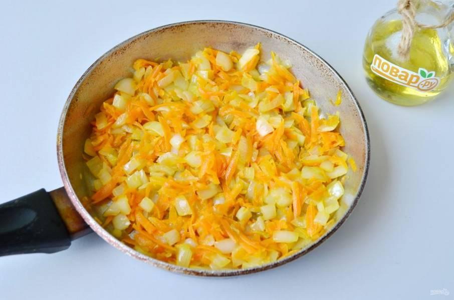 3. На растительном масле обжарьте овощи до мягкости. Снимите с огня.