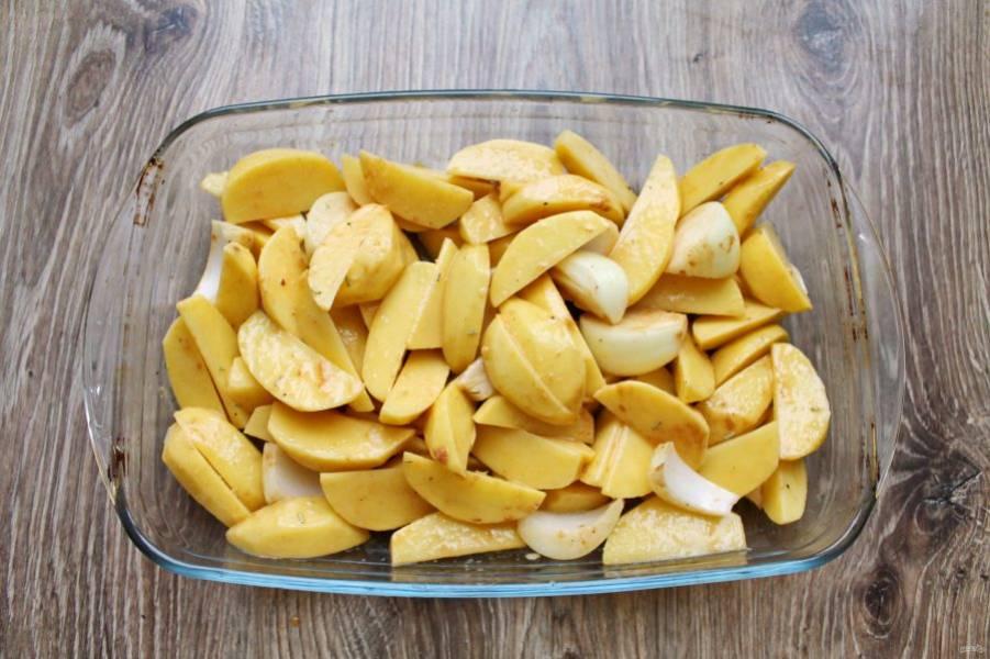 Выложите в овощи отложенную массу и перемешайте. Положите в форму для запекания, смазанную растительным маслом и разровняйте. Поставьте в горячую духовку, и запекайте картофель при температуре 200 градусов в течение 25 минут.