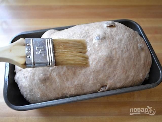 7.Накройте влажным полотенцем и оставьте до увеличения массы в 2 раза, примерно 1-1,5 часа. Смажьте хлеб водой и отправьте в духовку, запекайте при 210 градусах около получаса.