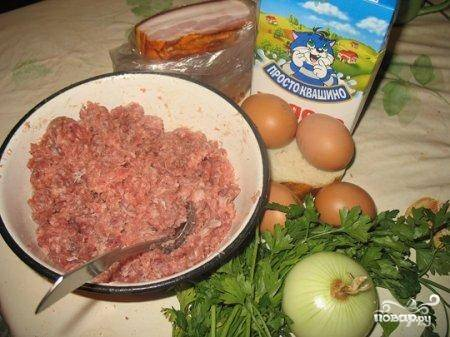 1. Рецепт приготовления рулета из мясного фарша стоит начать с обработки мяса. Его необходимо пропустить через мясорубку и смешать с замоченным в молоке (можно в воде) хлебом. Лучше использовать именно домашний фарш.