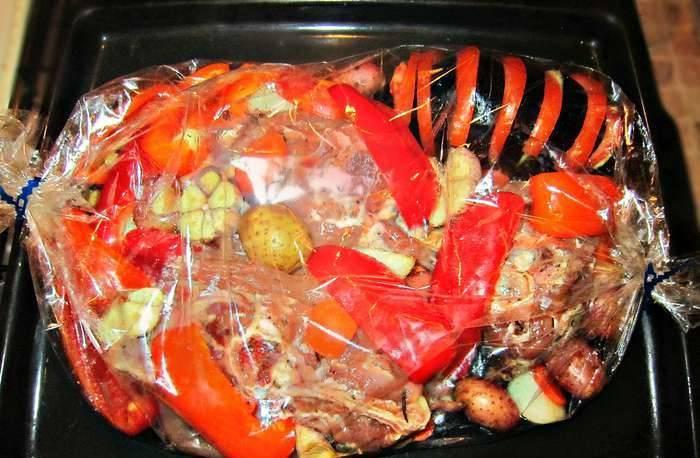 3. Когда мясо подготовилось, - складываем все ингредиенты в пакет для запекания, и делаем в нем несколько проколов иголкой. Отправим в разогретую духовку на два часа.