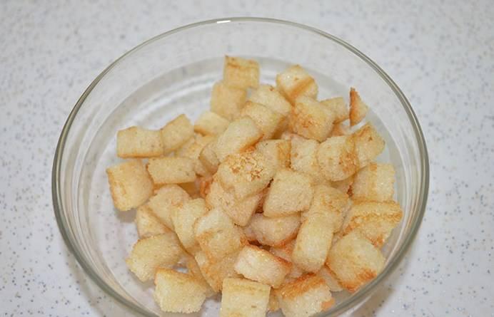 Хлеб режем на кубики и обжариваем. Получаются румяные гренки.
