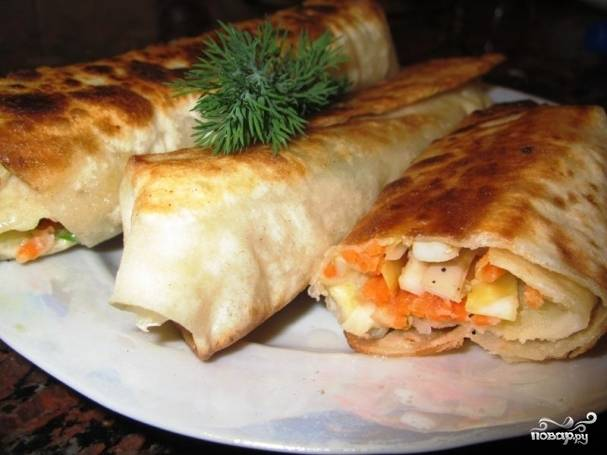 Можете наслаждаться готовыми трубочками из лаваша с начинкой! Подавайте со сметаной или аджикой. Приятного аппетита!