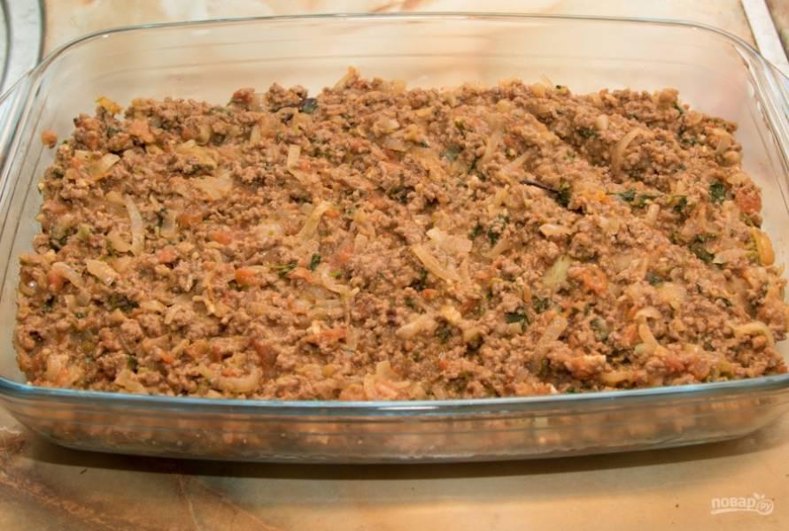 Возьмите форму для запекания, смажьте ее немного маслом и выложите слои мусаки: сначала картошку, затем баклажаны, после — мясо. Сверху полейте соусом. Отправьте в духовку минут на 40-50.