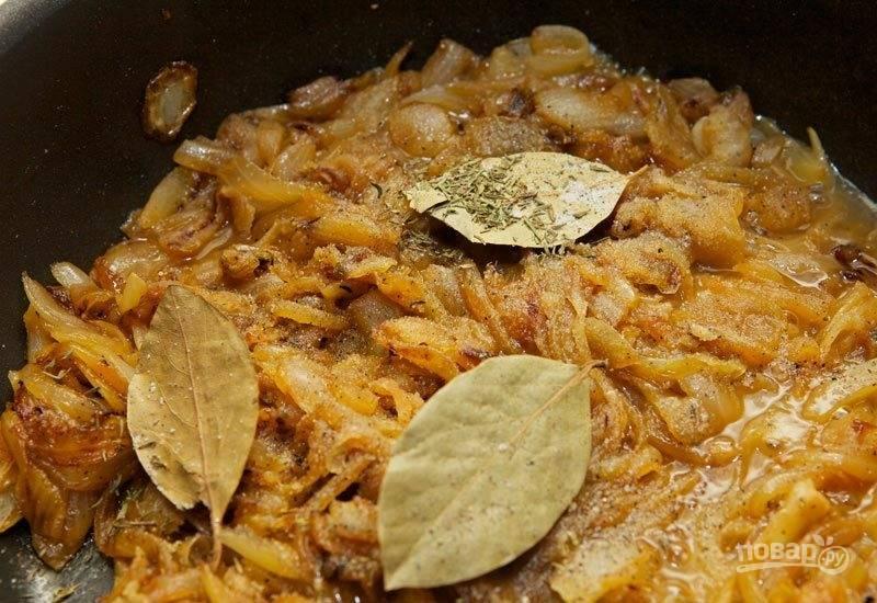 Добавьте лавровый лист, соль и специи.