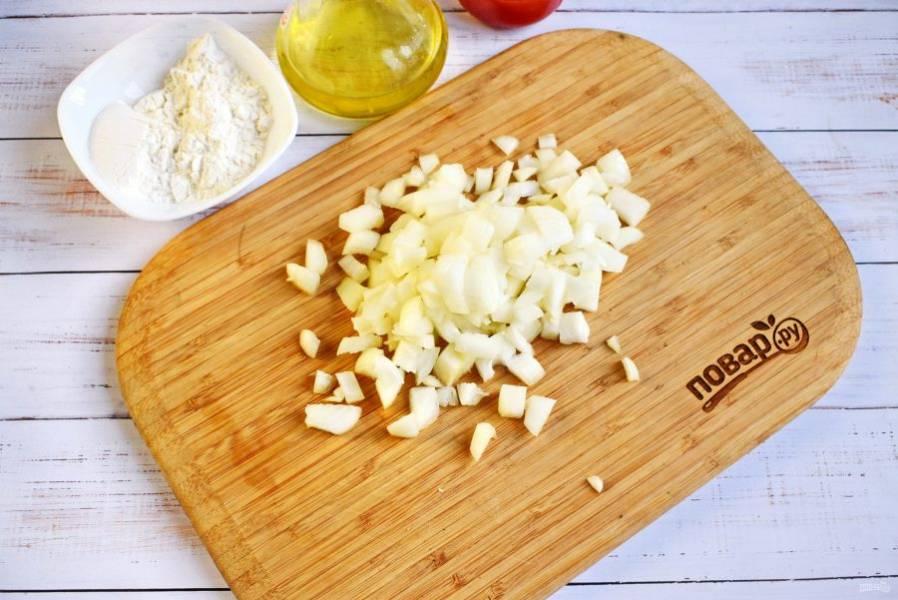 Лук нарежьте кубиками. Пассеруйте на разогретом растительном масле до мягкости, снимите со сковороды.