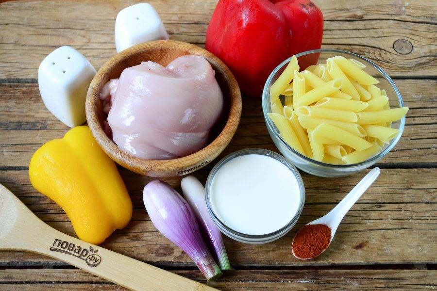 Подготовьте все необходимые ингредиенты. Заранее отварите макароны в слегка подсоленной воде до готовности. Обратите внимание: лучше использовать макароны из твердых сортов пшеницы, они не развариваются, да и вкуснее намного.