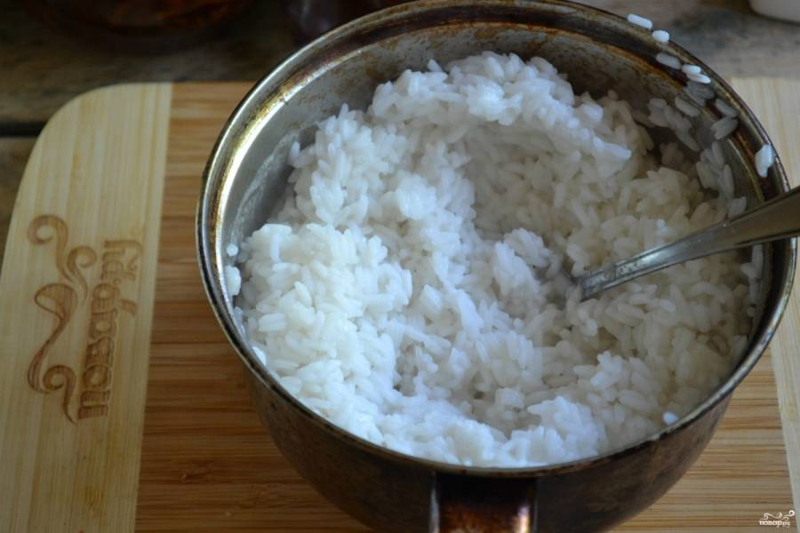 Рис отварите до полуготовности. Для этого вскипятите воду в пропорции 1:1, всыпьте крупу и варите, помешивая, пока рис не впитает всю воду.