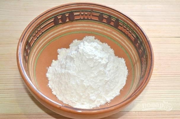 4. Сразу же отмерьте 90 грамм муки и просейте.