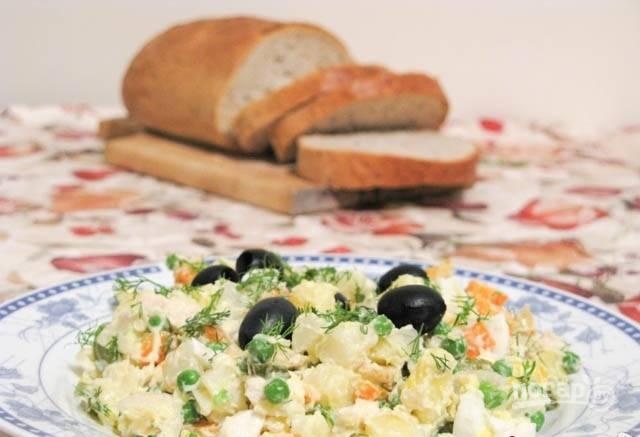 5.Отправьте салат в холодильник на 1 час, затем подавайте украсив маслинами.