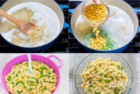 1. Сварите макароны в подсоленной воде. После закипания проварите 4 минуты и добавьте в ту же кастрюлю кукурузу и горошек. Слейте готовые макароны и остудите их под холодной проточной водой.