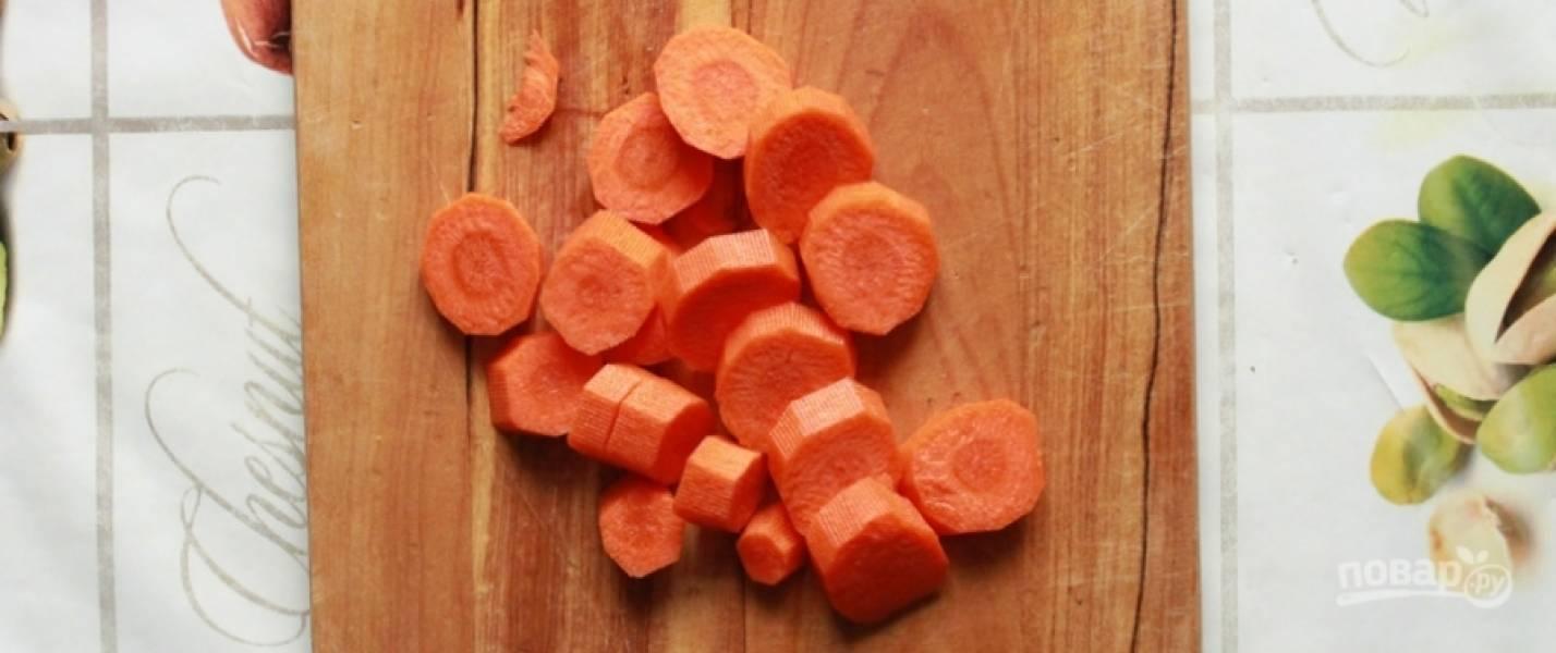 3. Морковку чищу и нарезаю крупно, закидываю ее в кастрюлю, добавляю целый стручок острого перца и все специи по вкусу. Готовлю около 60 минут.