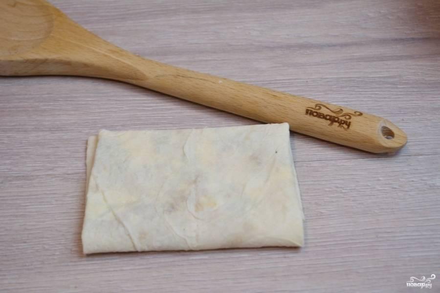 Нужно хорошо закрепить начинку внутри лаваша, чтобы она не вываливалась по бокам.