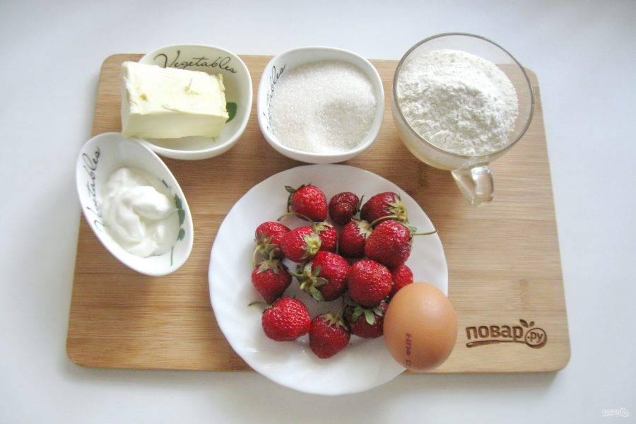 Подготовьте ингредиенты для приготовления киша с клубникой.